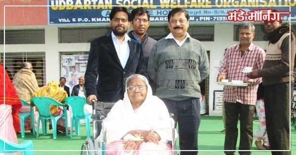 वृद्ध महिला को व्हील चेयर प्रदान करते डिप्टी डाइरेक्टर विजिलेन्स चंपति राय , डॉ शुभंकर घोष , डिप्टी डाइरेक्टर सीएसआर मोहम्मद शमीम अहमद