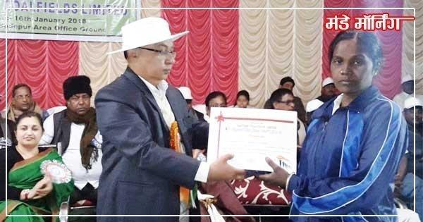 खिलाड़ी ईसीएल कर्मी को सम्मानित करते हुये एकल सोदपुर एरिया के जीएम मुकेश कुमार जोशी