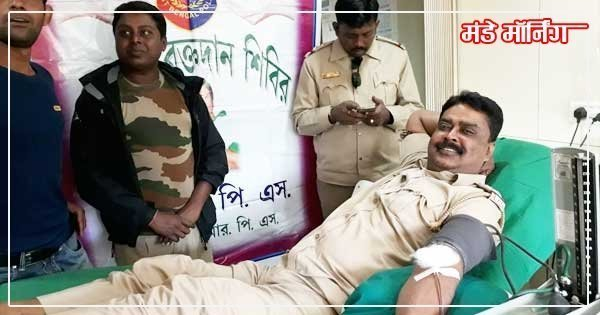 रक्तदान करते दुर्गापुर जीआरपीएफ प्रभारी चिंता हरण सिंहो
