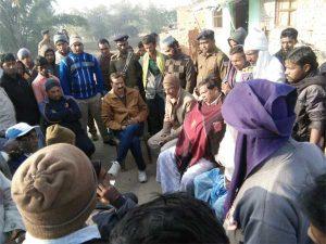 ग्रामीणों के साथ बैठक करते एसडीपीओ अशोक कुमार सिंह एवं अन्य नेतागण