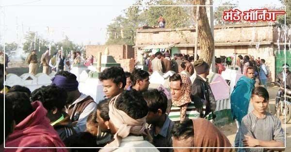 सुबह इमामबाड़े के बाहर जमा लोग एवं मौजूद पुलिस