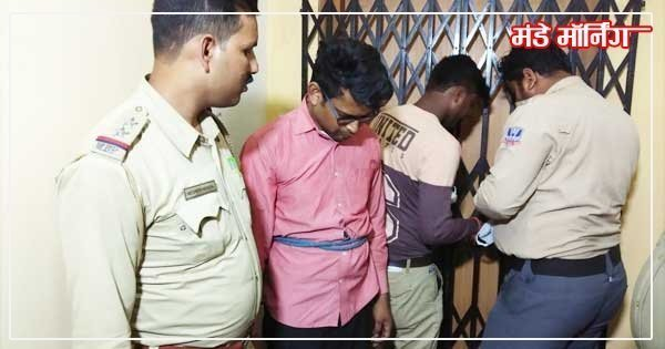 घटनास्थल पर बैंक मैनेजर राजीव कुमार को ले जाती पुलिस