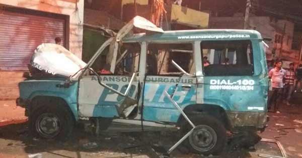 कल आसनसोल में भड़की हिंसा में उपद्रवियों ने जला दिया पुलिस वैन