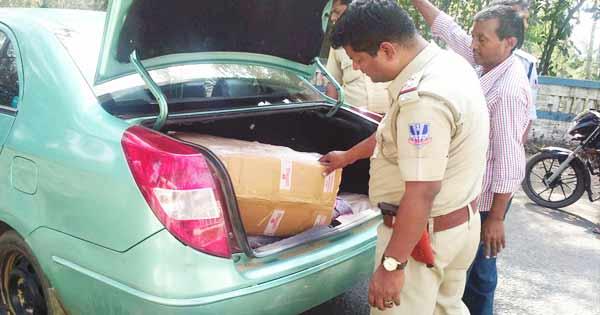 वाहन की तलाशी लेते पुलिसकर्मी