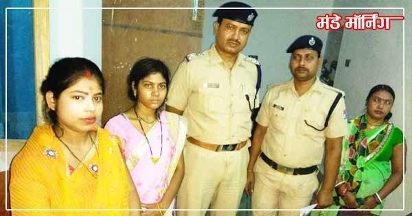 पीड़ित महिला (मध्य ) के साथ पुलिस अधिकारी एवं संस्था की महिला