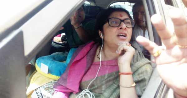 दुर्गापुर में पुलिसकर्मी से बात करती लॉकेट चटर्जी
