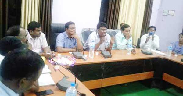 बैठक करते संघ के जिला अध्यक्ष व अन्य