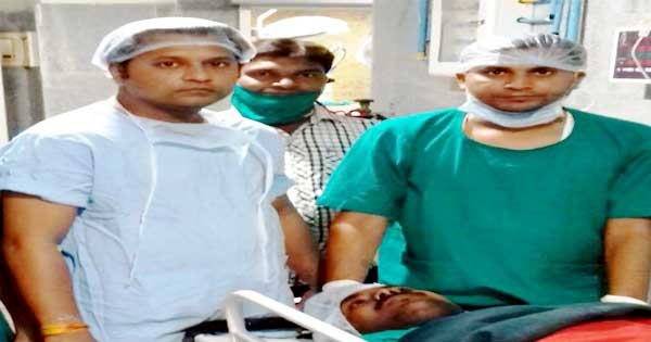 सफल सर्जरी के बाद मरीज के साथ चिकित्सक