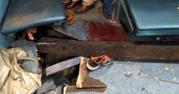 रेलवे के डिब्बे को फाड़ती हुयी पटरी डिब्बे में घुस गयी